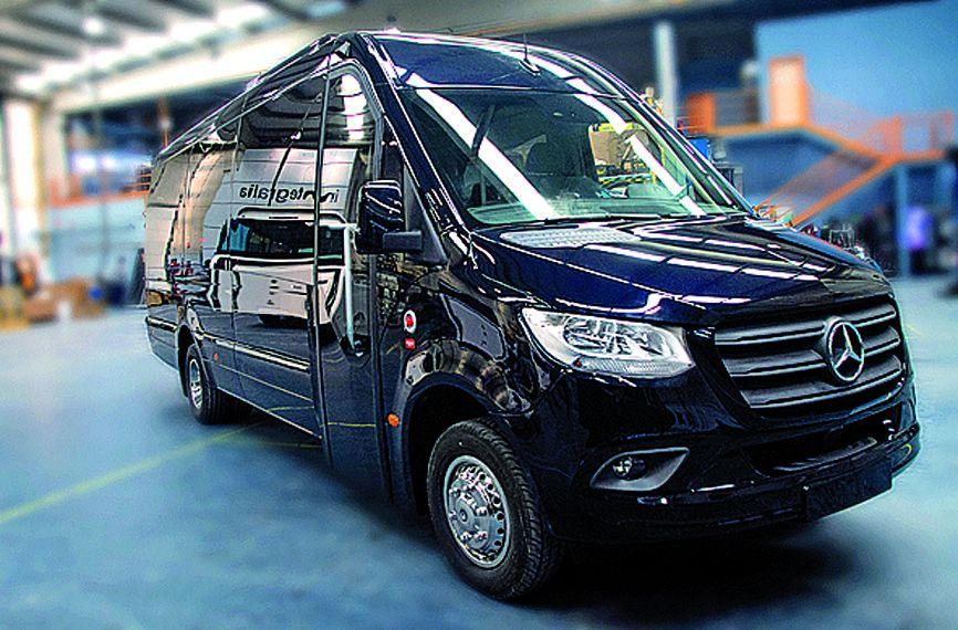 Tipo: Microbús carrozado con alargamiento desarrollo de Integralia Longitud: 7,562 m Altura: 2,9 m  Anchura: 2,175 m Chasis: Mercedes Sprinter VS30 Euro 6d. 516/519 manual / automática 7G-Tronic. Sistema R66.02 antivuelco con desarrollo propio. Capacidad: 19-22 pasajeros +C. Características: Sistemas IBBC táctil de doble pantalla para la gestión de la domótica interior, navegador, asistente a la conducción y gestión de mantenimientos. Configuración para turismo, escolar, class y proyectos personalizados. Disposición 2+1, estructura con pasillo interior 190 centímetros con  portaequipajes corridos y sin columnas. USB en todas las filas. Butacas monocolor de piel técnica, moqueta antivandálica en trasera y suelo en vinilo imitación madera. 4 columnas de luz interior RGB y equipo aire acondicionado de 14KW. Dos pantallas TFT para pasajeros.