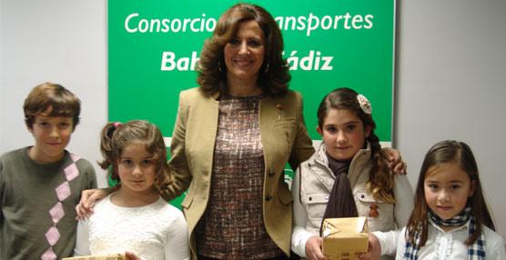La directora gerente del Consorcio de Transportes de la Bahía de Cádiz, Concepción Parra y los ganadores del concurso.