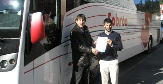Mikel Cuadra, de Autocares Sobrón, y Xabier Arostegi, del IVL, durante la entrega del certificado. Exterior: Asier Abaunza, concejal del Ayuntamiento de Bilbao, recibe el diploma de manos de Oskar Royuela, del IVL.
