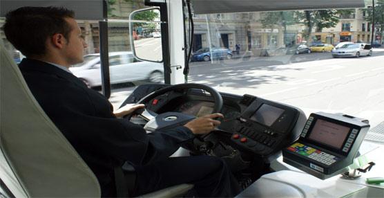 Un conductor de la EMT de Madrid junto a una de las maquinas expendedoras de billetes.