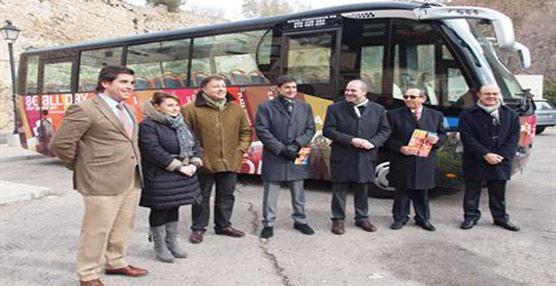 Los representantes del ayuntamiento de Cuenca y los de la empresa concesionaria del transporte público de la ciudad, durante la presentación del nuevo bus turístico.