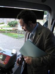 El director general de Transportes y Movilidad, Manuel Caldevilla, valida el billete.