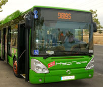 Los autobuses interurbanos de la empresa De Blas se convierten en protagonistas de un calendario solidario