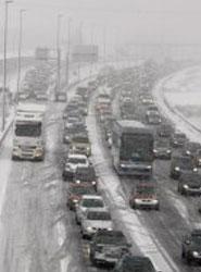 La nieve obliga al uso de cadenas en cuatro carreteras de la provincia y a limitar el uso de vehículos pesados