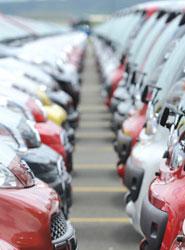 Las familias optan por adquirir coches eficientes.