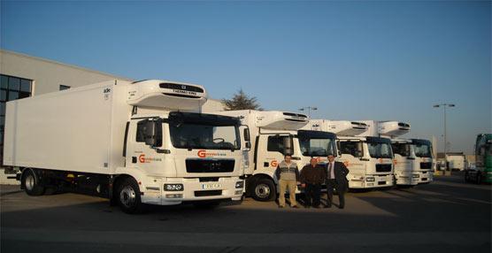 Responsables de MAN y Gonnfertrans durante la entrega de los últimos vehículos.