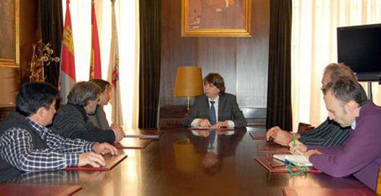 El alcalde de Soria, Carlos Martínez, reunido con la nueva directiva de Agrutranso.