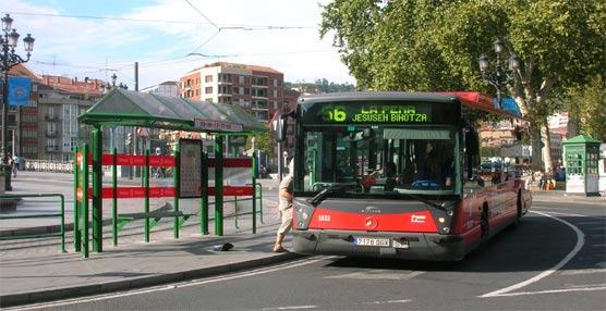 Un viajero accede un autobús urbano de Bilbao.