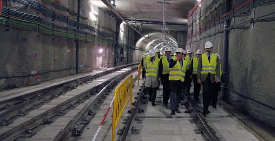 El Príncipe de Asturias, Felipe de Borbón, acompañado por el presidente regional, Ignacio González, y la ministra de Fomento, Ana Pastor, durante su visita a la finalización del túnel.