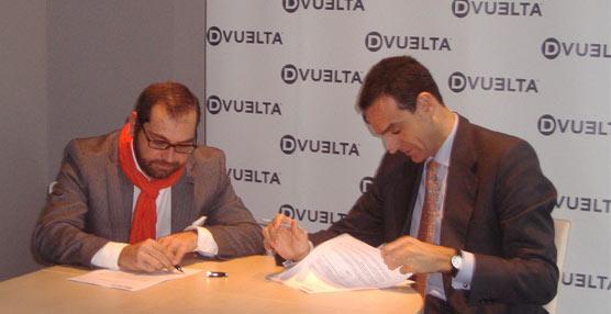 Germán Rodríguez, director general de Dvuelta (izquierda) y Rafael Barbadillo, presidente de Asintra (derecha) firman el acuerdo.
