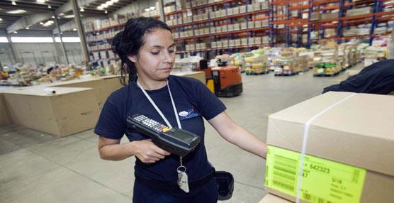 Una trabajadora de ID Logistics en una de las plataformas de la compañía.