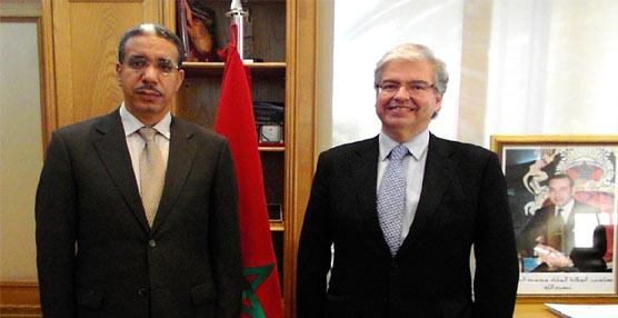 El ministro de Equipamientos y Transportes marroquí, Aziz Rabbah, y el delegado especial del Estado en el Consorci de la Zona Franca de Barcelona, Jordi Cornet, durante su encuentro en Rabat.