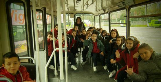 La empresa de transportes gallega Vitrasa abre sus puertas a más de 1.500 escolares de Vigo