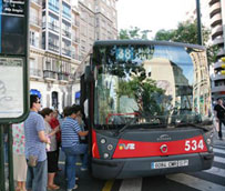 El comité de empresa de Tuzsa propone que los viajeros puedan subir y bajar por la puerta central del autobús