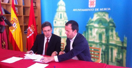El concejal de Transportes de Murcia y el presidente de Latbus firman el convenio que garantiza los bonos sociales hasta 2016