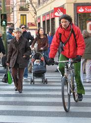 Tráfico anima a los ciudadanos a desplazarse a pie en trayectos cortos en su nueva campaña informativa