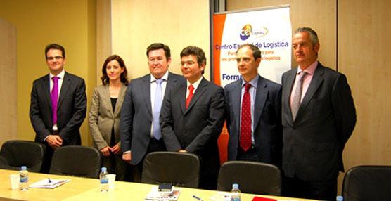 Alejandro Gutiérrez, Presidente del Centro Español de Logística, y José Estrada, Director General del CEL, junto con varios representantes de los patrocinadores de las Jornadas Logísticas CEL 2013.