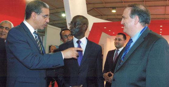 El ministro de Transportes de Marruecos, Aziz Rabban, y el ministro de Transportes de Senegal, Thierno Alassane, junto al responsable de ACCIONA Trasmediterranea en Marruecos, Luis Folch, a la derecha de la foto.