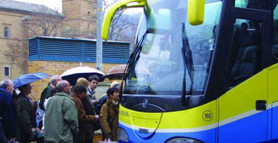 Usuarios navarros acceden a un autocar.