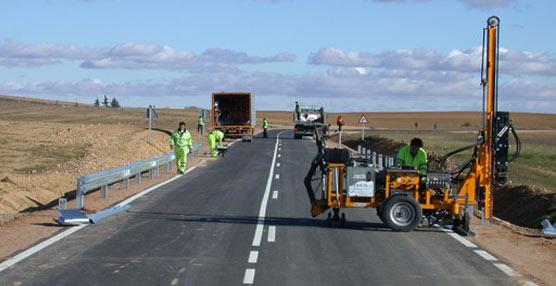Trabajos de mantenimiento y conservación de una carretera de la provincia de Palencia.