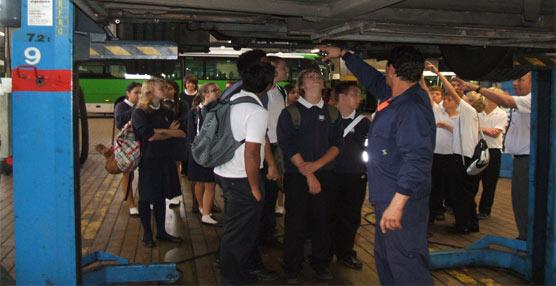 La iniciativa 'Aprende con Titsa' lleva a las instalaciones de la compañía a más de 15 colegios en lo que va de año