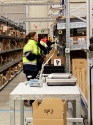 Los trabajadores de One2One Logistics recogen más de 200 kilos de alimentos para que ningún niño se quede sin desayunar