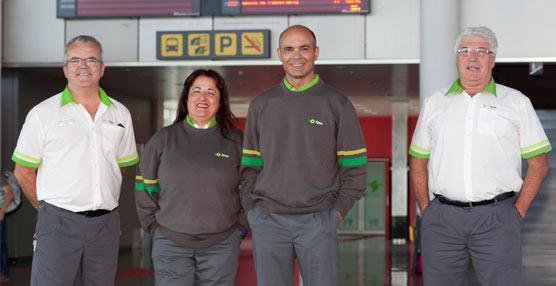 Los empleados del transporte público de Tenerife estrenan nuevo uniforme diseñado por un vecino de la isla