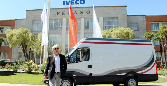 Carmelo Impelluso entrega a Ángel Nieto las llaves de su nueva furgoneta Iveco Daily Air Pro en Madrid