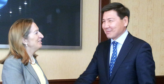 Ana Pastor con el ministro de Trasportes y Comunicaciones, Askar Zhumagaliev.