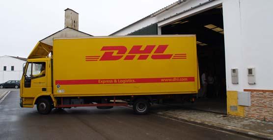 El camión de DHL que carga con los donativos.
