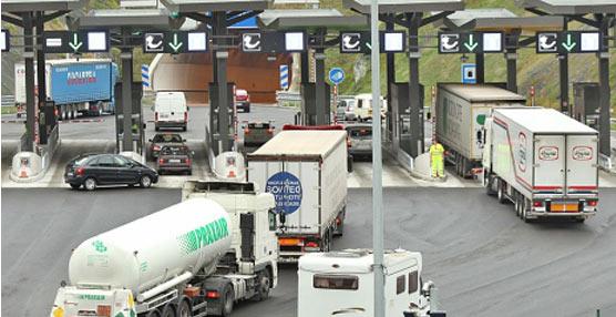 La implantación de la 'Euro viñeta' en Cataluña, prevista para 2014, enfrenta a los transportistas y la Generalitat