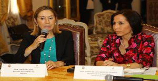 La ministra de Fomento, Ana Pastor en la firma del acuerdo.