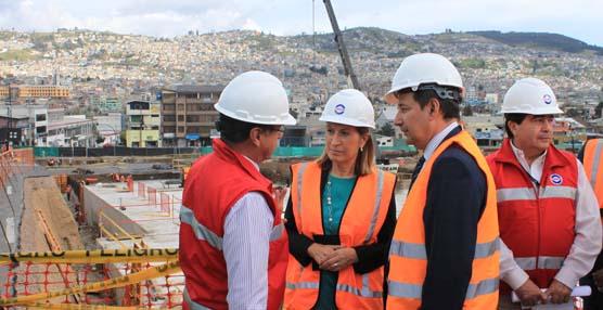 La ministra de Fomento, Ana Pastor, durante una visita a las obras del Metro de Quito.
