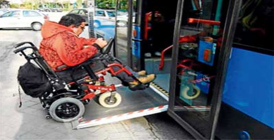 Bruselas recuerda que los autobuses urbanos de suelo bajo deben ser accesibles para las personas con movilidad reducida