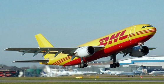 Avión de DHL despegando.