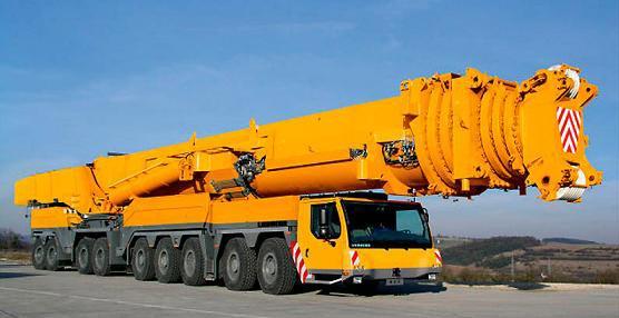 Grúa móvil de gran tamaño para labores de construcción.