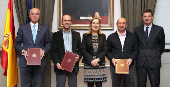 La ministra de Fomento, Ana Pastor, presidiendo la firma del preacuerdo el pasado 17 de diciembre.
