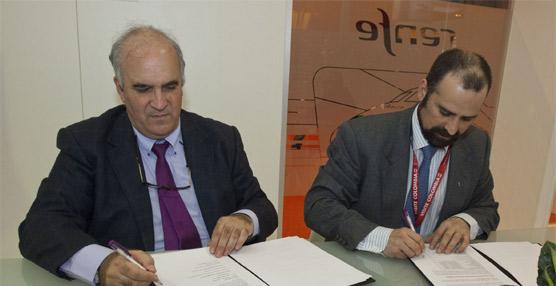 Alberto García (izq.) y Pablo Martín Retortillo (der.) durante la firma del acuerdo.