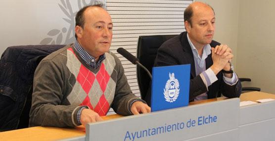 El Concejal de Transportes de Elche, Justino Delgado, informa sobre las nuevas marquesinas en las paradas de autobús.