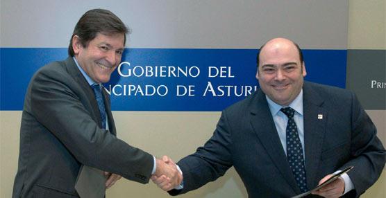 El presidente del Principado y el alcalde de Oviedo han suscrito el acuerdo por el que municipio acepta el uso de los títulos del consorcio en su transporte urbano.