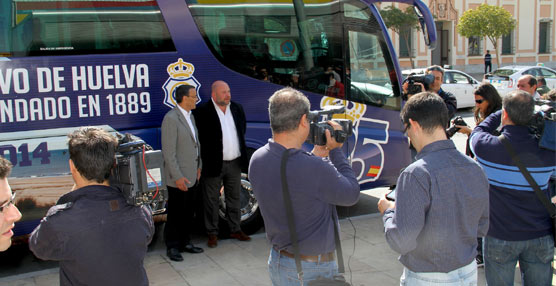 La Provincia de Huelva promociona su turismo utilizando el autocar del Club Recreativo como reclamo