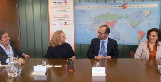 Directivos de COFIDES y La Sepulvedana durante la firma del acuerdo.