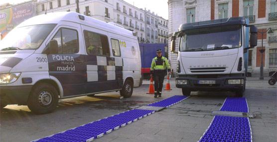 La Policía Municipal de Madrid y la DGT controlan el peso de la carga en camiones de transporte que transitan por la ciudad
