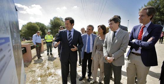 Ignacio González junto a delegados del Gobierno regional durante el inicio de la obras del tercer carril de la M-503.