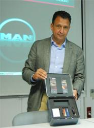 Ricardo Martín muestra el pack de bienvenida.