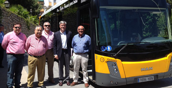 El alcalde de Jaén presenta un nuevo autobús de transporte urbano ecológico con la última tecnología