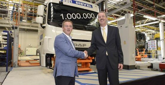 Louis De Wael (izq), director general de Vervoer Van Dievel, y Harrie Schippers, presidente de DAF, junto a la cabina 1.000.000.