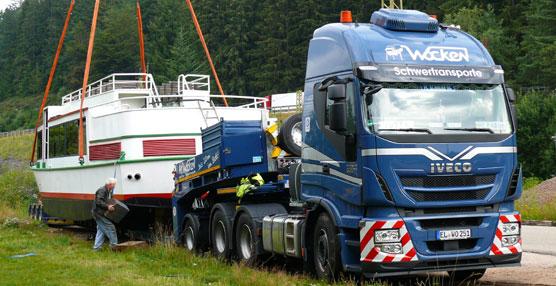 Un Iveco Stralis transporta en Alemania un barco de recreo de 73 toneladas a lo largo de 800 km