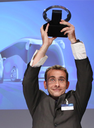 Pierre Lahutte, presidente de la marca Iveco, recoge el premio. En portada: Bruno Blin en representación de Renault Trucks.