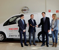 Nissan entrega dos unidades de su e-NV200 a Ricoh para realizar entregas y recogidas a los clientes
